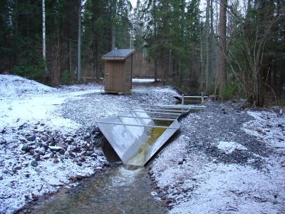 Mätstation för vattenföringsmätning i ett mindre vattendrag i undersökningsområdet.